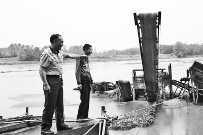 七旬老人被洪水围困 乡党委副书记两次跳水救人